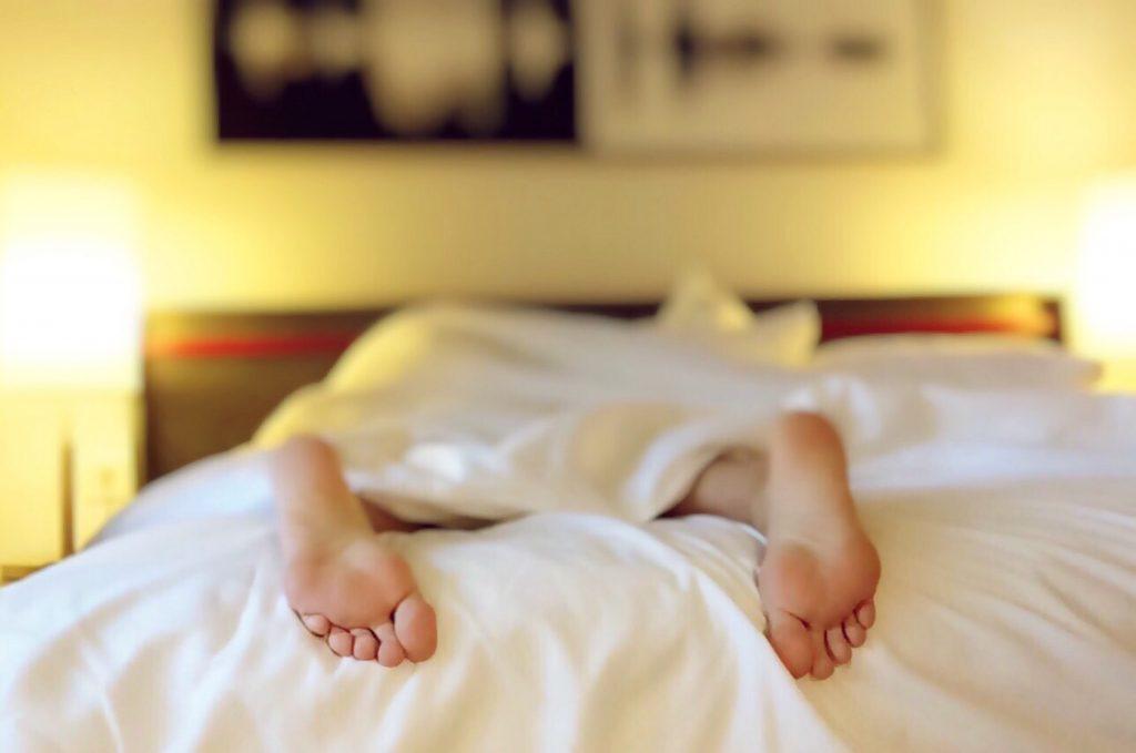 sleep_feet_bed_bedroom